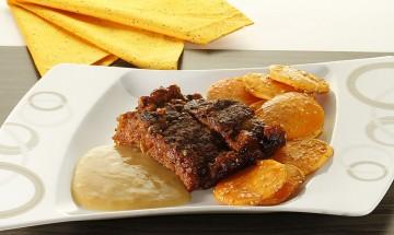 Gefüllter veganer Braten mit glasierten Süßkartoffeln