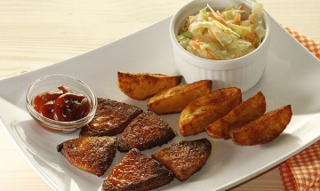 Honey-Mustard-Wings mit Potatoe Wedges und Creamy Coleslaw