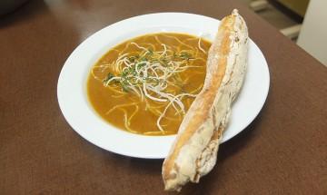 Geröstete Tomaten-Karotten-Suppe mit Rosmarinstangerl