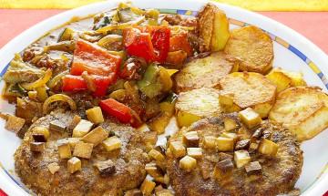 Gemüselaibchen mit Letscho, Tofu und Bratkartoffeln
