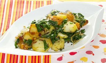 Kartoffelgröstl mit gerösteten Kürbiswürfeln und Blattspinat