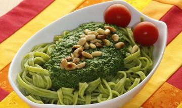 Fettuccine mit Spinatpesto und Pinienkernen