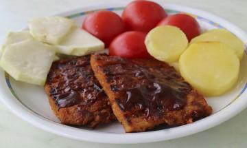 Sojaribs mit Kartoffel- und Kohlrabischeiben, karamellisierten Tomaten