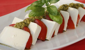 Veganer Mozzarella mit Tomaten und Pesto