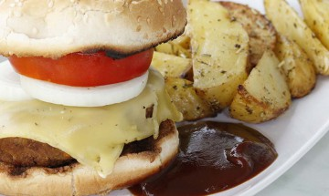 Veganer Cheeseburger mit Potato Wedges