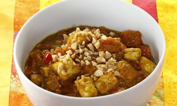 Kürbis-Gemüse-Eintopf mit Tofu und Erdnüssen