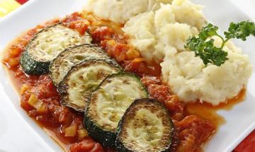Gebratene Zucchini mit Sellerie-Kartoffelpüree und mediteraner Tomatensauce