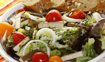 Bunter Salatteller mit Räuchertofu und Kernöl