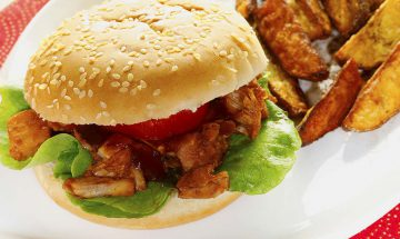 Pulled BBQ Jackfruit Burger mit Backofen-Wedges