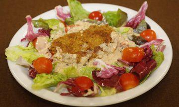 Kichererbsenlaibchen im Salatbeet mit Pfeffersauce